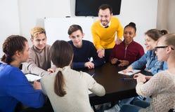 Studenti che ascoltano l'insegnante Immagini Stock
