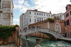Studenti che attraversano un ponte al Ca Foscari Fotografie Stock