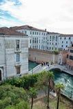 Studenti che attraversano un ponte all'università, Venezia Fotografia Stock