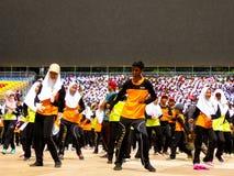 Studenti che ballano e che celebrano Hari Merdeka Immagini Stock Libere da Diritti