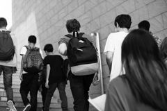 Studenti che camminano su sulla scala Immagini Stock