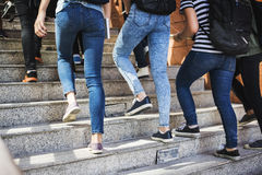 Studenti che camminano su sulla scala Fotografia Stock Libera da Diritti