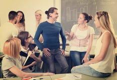 Studenti che chiacchierano e che sorridono all'istituto universitario Fotografie Stock