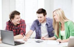Studenti che chiacchierano nella conferenza alla scuola Fotografie Stock