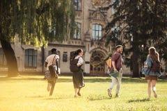 Studenti che corrono all'università Fotografia Stock