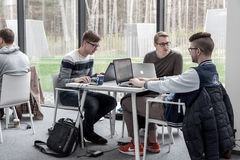 Studenti che coworking alla biblioteca fotografia stock libera da diritti