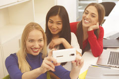Studenti che fanno i selfies Fotografia Stock