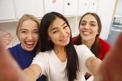 Studenti che fanno i selfies Fotografia Stock Libera da Diritti