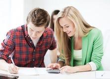 Studenti che fanno matematica alla scuola Immagini Stock Libere da Diritti