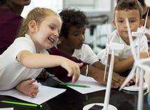 Studenti che imparano il produttore di energia dal sola immagine stock