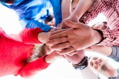 Studenti che imparano insieme e che impilano le mani Immagini Stock