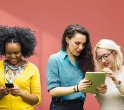 Studenti che imparano le ragazze sociali allegre di media di istruzione Immagini Stock