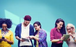 Studenti che imparano media sociali allegri di istruzione Immagini Stock Libere da Diritti