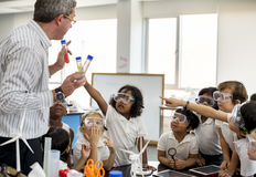 Studenti che imparano nel laboratorio di esperimento di scienza Fotografia Stock Libera da Diritti