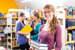 Studenti che imparano nella biblioteca Fotografia Stock