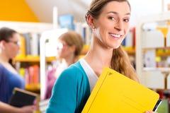 Studenti che imparano nella biblioteca Fotografie Stock Libere da Diritti