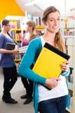 Studenti che imparano nella biblioteca Immagini Stock Libere da Diritti