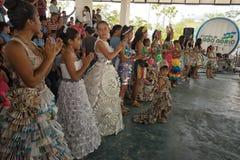Studenti che indossano abbigliamento fatto dei materiali riciclabili Immagini Stock