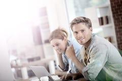 Studenti che lavorano insieme su un computer portatile Fotografia Stock
