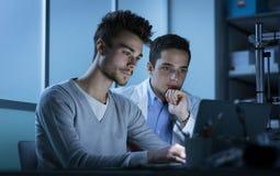 Studenti che lavorano in laboratorio Immagine Stock