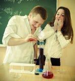 Studenti che lavorano nel laboratorio di chimica all'aula Immagini Stock Libere da Diritti