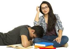 Studenti che leggono gli amici Immagini Stock Libere da Diritti