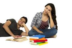Studenti che leggono gli amici Fotografie Stock