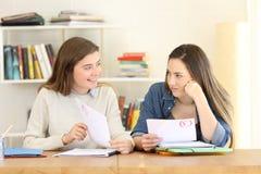 Studenti che parlano dei suoi gradi dell'esame immagini stock libere da diritti