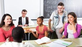 Studenti che parlano durante una pausa Fotografia Stock Libera da Diritti