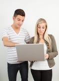 Studenti che per mezzo di un computer portatile Fotografie Stock