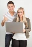 Studenti che per mezzo di un computer portatile Immagine Stock Libera da Diritti