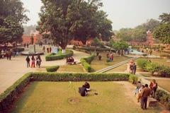 Studenti che si incontrano nell'iarda dell'università indù famosa di Bannares con area verde Immagine Stock