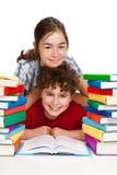 Studenti e mucchio dei libri Immagine Stock
