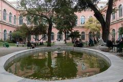 Studenti che si siedono nell'iarda del ` s dell'università nella fontana del giardino Costantinopoli la Turchia nel 28 settembre  Fotografia Stock