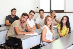 Studenti che si siedono nella stanza di classe Fotografia Stock Libera da Diritti
