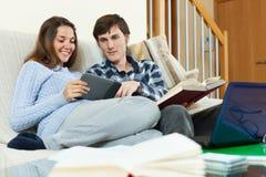 Studenti che si siedono sul sofà Fotografia Stock Libera da Diritti