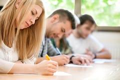 Studenti che si siedono in un anfiteatro Fotografia Stock