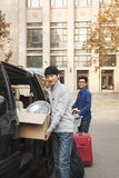 Studenti che sorridono e che entrano nel dormitorio sulla città universitaria dell'istituto universitario Fotografia Stock Libera da Diritti