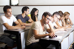 Studenti che studiano nella stanza di classe Fotografia Stock Libera da Diritti