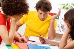 Studenti che studiano per l'esame Immagine Stock