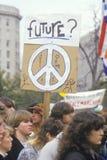Studenti che tengono il segno di pace al raduno, Los Angeles, California Immagini Stock Libere da Diritti