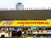 Studenti che tengono le bandiere e che celebrano Hari Merdeka Fotografia Stock