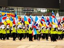 Studenti che tengono le bandiere e che celebrano Hari Merdeka Fotografia Stock Libera da Diritti
