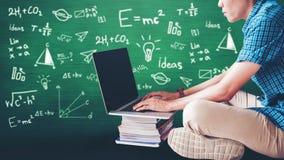 Studenti che utilizzano computer portatile per il compito di ricerca nell'istituto universitario, educatio Immagine Stock Libera da Diritti