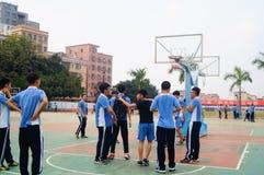 Studenti cinesi della High School che giocano pallacanestro Fotografie Stock