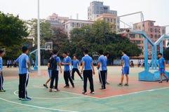 Studenti cinesi della High School che giocano pallacanestro Immagine Stock