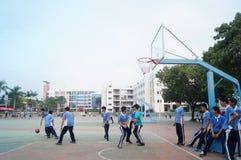 Studenti cinesi della High School che giocano pallacanestro Immagini Stock Libere da Diritti