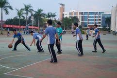 Studenti cinesi della High School che giocano pallacanestro Immagini Stock