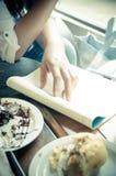 Studenti con compito ed il cibo fotografia stock