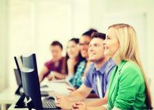 Studenti con i computer che studiano alla scuola Fotografie Stock Libere da Diritti